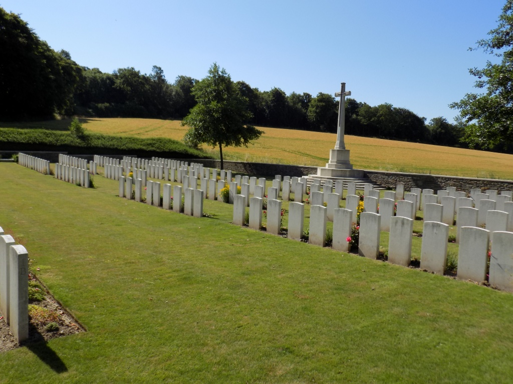 MESNIL COMMUNAL CEMETERY EXTENSION - CWGC