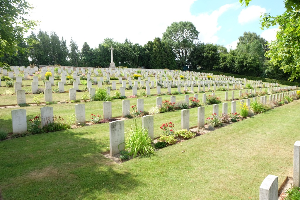 AVELUY COMMUNAL CEMETERY EXTENSION - CWGC