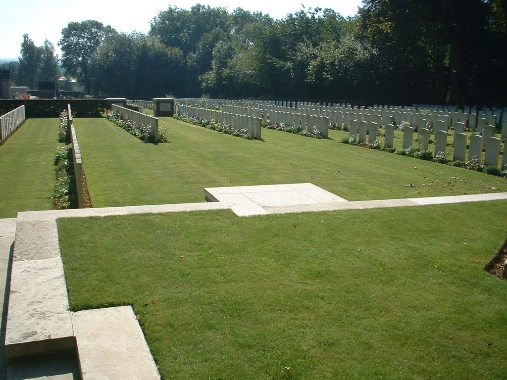 VILLERS-FAUCON COMMUNAL CEMETERY - CWGC