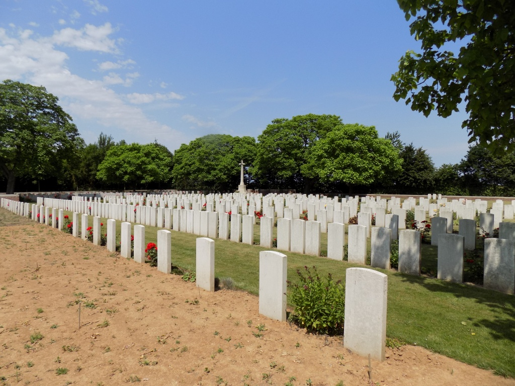 FONCQUEVILLERS MILITARY CEMETERY - CWGC