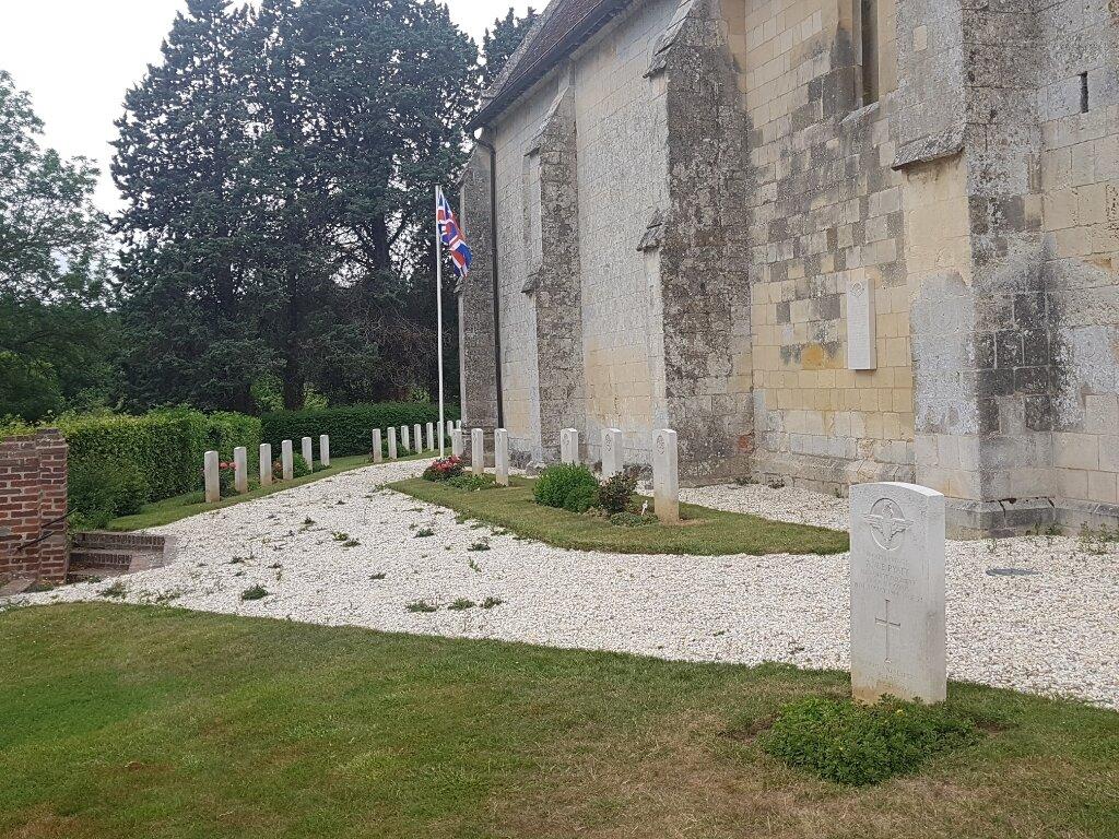 PUTOT-EN-AUGE CHURCHYARD - CWGC
