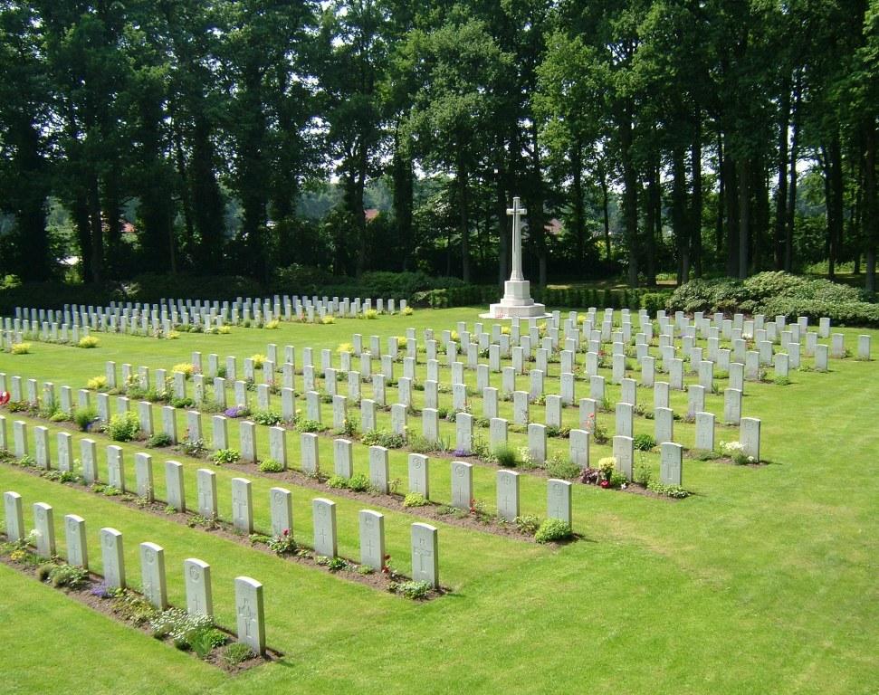 ARNHEM OOSTERBEEK WAR CEMETERY - CWGC
