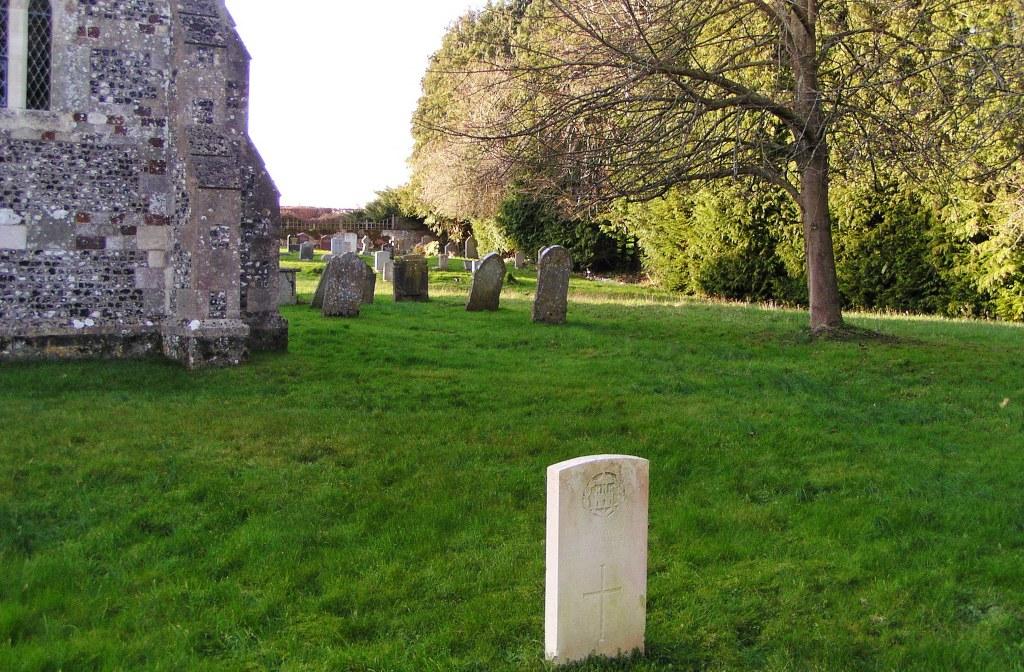 HINTON MARTELL (ST. JOHN THE EVANGELIST) CHURCHYARD - CWGC