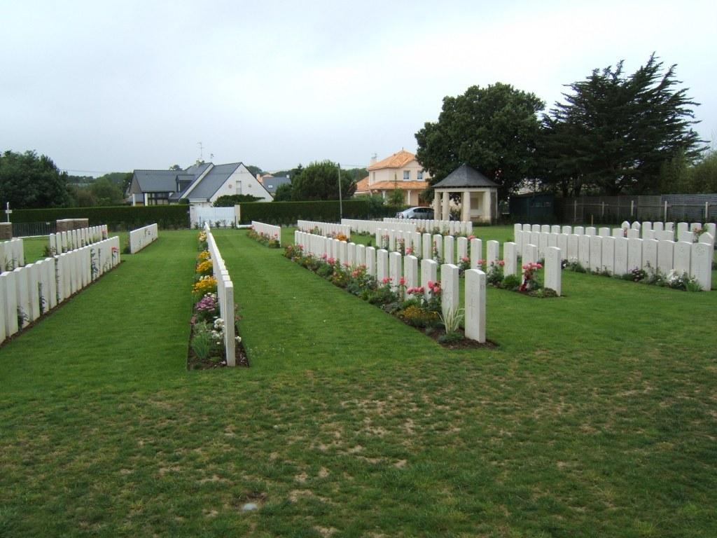 ESCOUBLAC-LA-BAULE WAR CEMETERY - CWGC