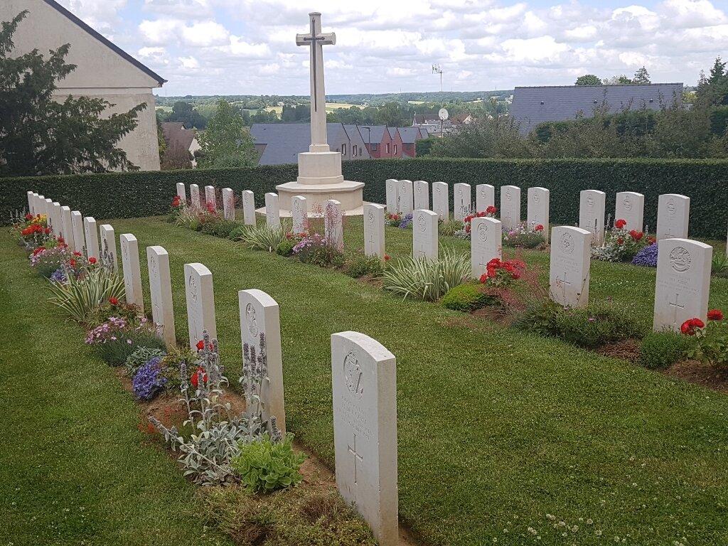 LE GRAND-LUCE WAR CEMETERY - CWGC