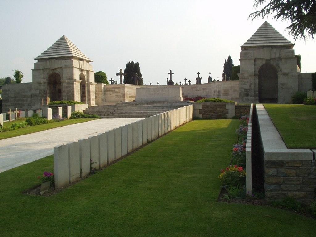 LONGUENESSE (ST. OMER) SOUVENIR CEMETERY - CWGC