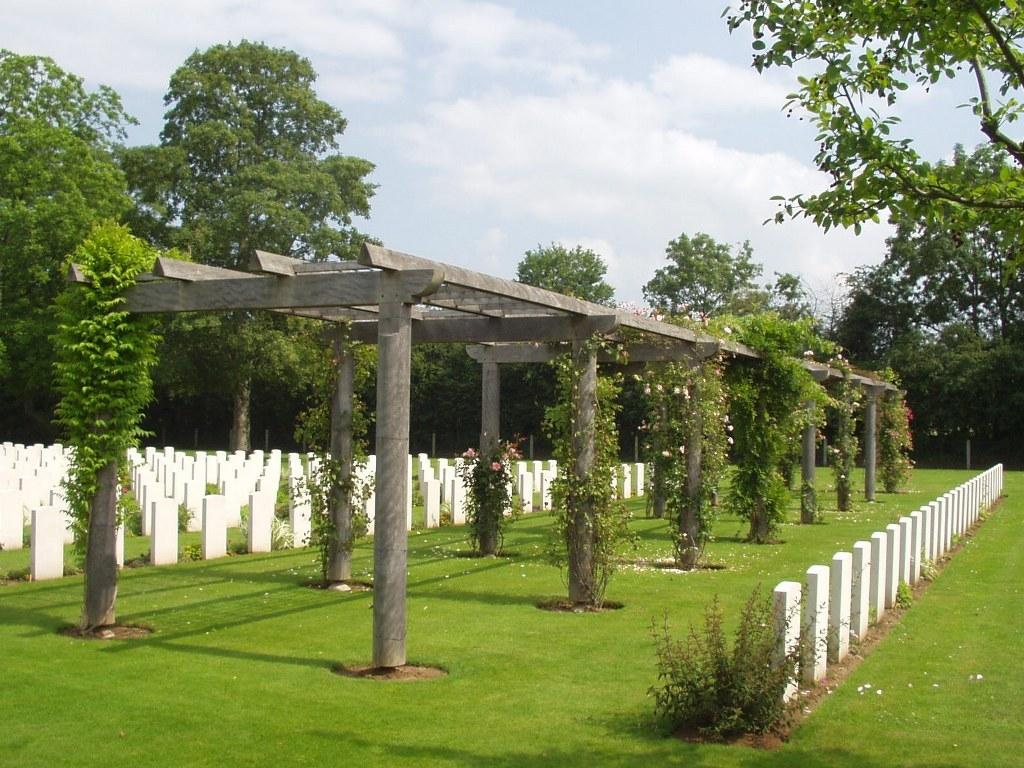 BANNEVILLE-LA-CAMPAGNE WAR CEMETERY - CWGC