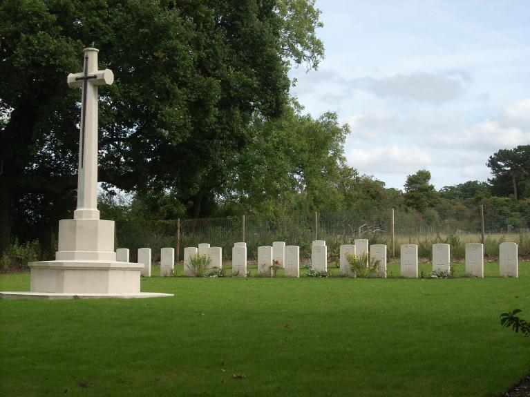 HATFIELD PARK WAR CEMETERY - CWGC