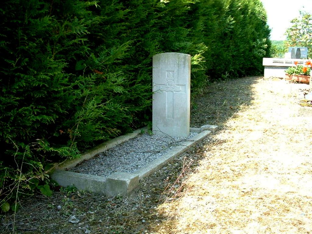 AIZECOURT-LE-BAS CHURCHYARD - CWGC