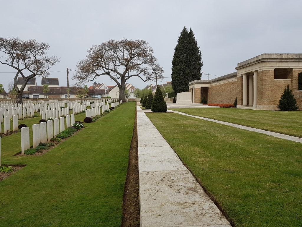 CHAUNY COMMUNAL CEMETERY BRITISH EXTENSION - CWGC