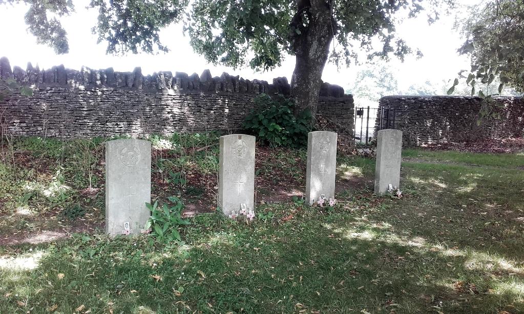 MINCHINHAMPTON (HOLY TRINITY) CHURCHYARD - CWGC