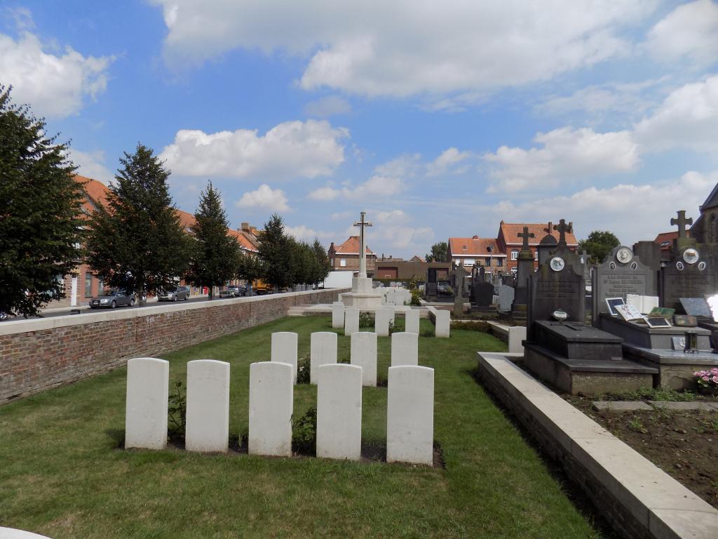 NIEUWKERKE (NEUVE-EGLISE) CHURCHYARD - CWGC