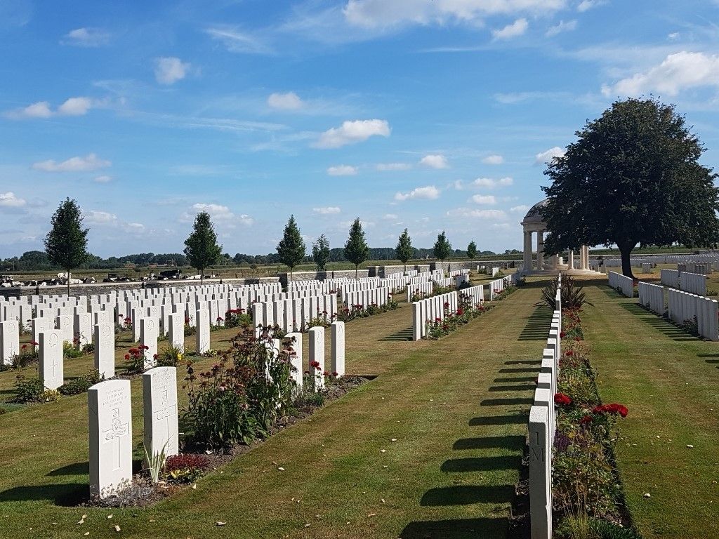 BEDFORD HOUSE CEMETERY - CWGC