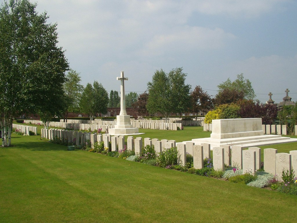 BETHUNE TOWN CEMETERY - CWGC