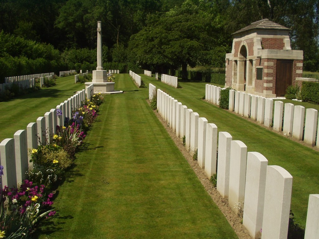 AVAL WOOD MILITARY CEMETERY, VIEUX-BERQUIN - CWGC