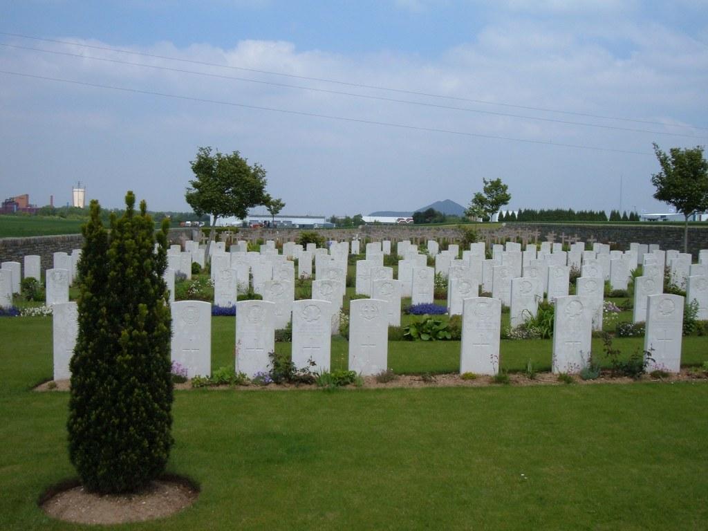 TRANCHEE DE MECKNES CEMETERY, AIX-NOULETTE - CWGC