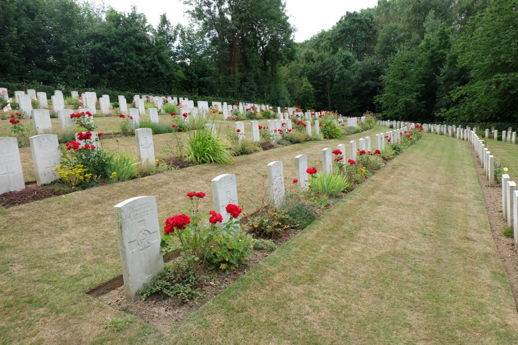 AUTHUILE MILITARY CEMETERY, AUTHUILLE - CWGC