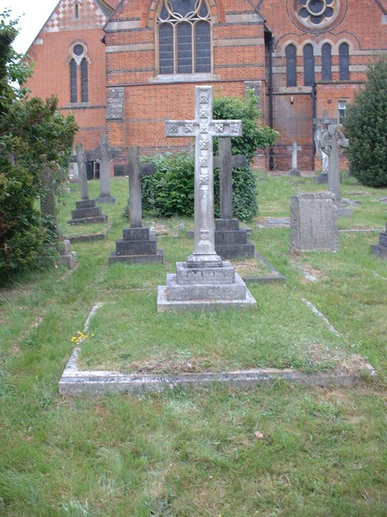 SUNNINGDALE (HOLY TRINITY) CHURCHYARD - CWGC