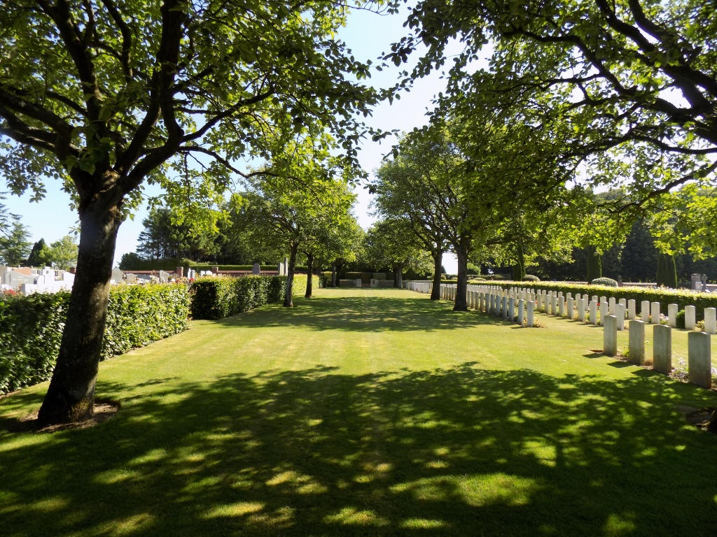 AVESNES-LE-COMTE COMMUNAL CEMETERY EXTENSION - CWGC
