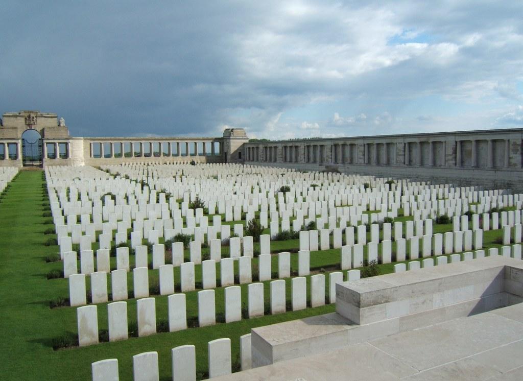 POZIERES MEMORIAL - CWGC